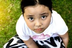 Asiatiskt flickasammanträde på golv hemma Conc pennalism och isolering Royaltyfri Fotografi