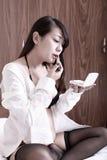 Asiatiskt flickasmink inomhus Royaltyfria Foton