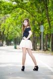 Asiatiskt flickaståendestativ på gatan Arkivfoton