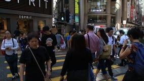 Asiatiskt folk som går på övergångsställe i Hong Kong arkivfilmer