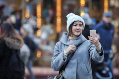 Asiatiskt foto för kvinnatagandeselfie Arkivfoto