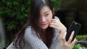 Asiatiskt foto för kvinnatagandeselfie i trädgården stock video
