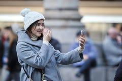 Asiatiskt foto för kvinnatagandeselfie nära Larepublicaen Royaltyfri Bild