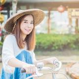 asiatiskt härligt mer min kvinna för portföljståendeserie royaltyfri fotografi