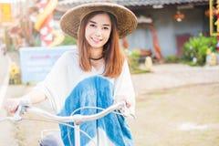 asiatiskt härligt mer min kvinna för portföljståendeserie royaltyfria bilder
