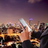 Asiatiskt handlag för affärskvinna på mobiltelefonen Royaltyfri Bild
