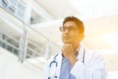 Asiatiskt indiskt tänka för medicinsk doktor royaltyfri fotografi