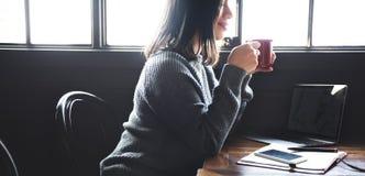 Asiatiskt kafébegrepp för dam Enjoying Cup Coffee arkivfoto