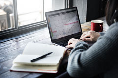 Asiatiskt kafébegrepp för dam Typing Laptop Calendar Arkivbilder