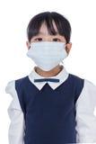 Asiatiskt kinesiskt litet bära för grundskola för barn mellan 5 och 11 årflicka skyddande mor Fotografering för Bildbyråer