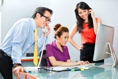 Asiatiskt kontorslag som hårt arbetar för en affärsframgång Arkivbild
