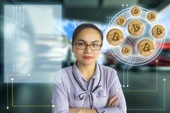 Asiatiskt kvinnaaffärsfinger som pekar tecnologybitmyntet i blurr Arkivbilder