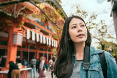 Asiatiskt kvinnaanseende nära den berömda templet royaltyfria foton