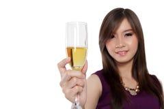 Asiatiskt kvinnalönelyftexponeringsglas av champagne, på vit Royaltyfri Fotografi