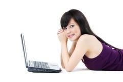 asiatiskt kvinnligbärbar datorbarn Arkivfoto