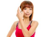 Asiatiskt kvinnligt bespruta hår royaltyfria foton