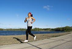 Asiatiskt kvinnligt jogga runt om sjön Royaltyfri Bild