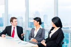 Asiatiskt lagmöte för Businesspeople i regeringsställning Arkivbild
