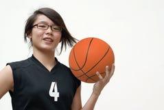 asiatiskt le för basketspelare royaltyfria foton