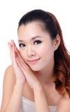 Asiatiskt le för flicka för skönhethudomsorg Arkivbild