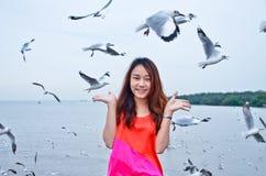 Asiatiskt le för flicka som är thailändskt Royaltyfria Bilder