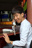 asiatiskt le för hotellreceptionist Royaltyfri Fotografi