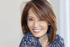 Asiatiskt le för kvinna Arkivfoto