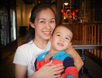 Asiatiskt le för moder och för son Fotografering för Bildbyråer