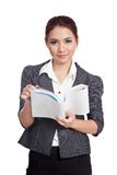 Asiatiskt leende för affärskvinna med en bok royaltyfri bild