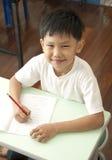 asiatiskt leende för gruppungelokal Arkivfoto