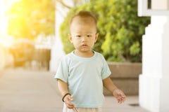 Asiatiskt litet barn som går på utomhus- royaltyfri fotografi