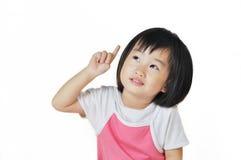 Asiatiskt litet flickabarn som pekar på något Arkivbild
