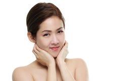 Asiatiskt lyckligt för härliga kvinnor le med bra sunt av hud din framsida som isoleras på vit bakgrund Royaltyfria Bilder