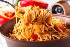 Asiatiskt mål som göras av risnudlar, tofuen, grönsaker och shiitakechampinjoner Traditionellt orientaliskt kokkonstmål Royaltyfria Bilder