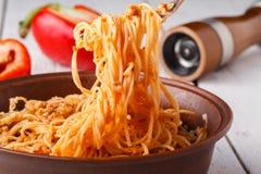 Asiatiskt mål som göras av risnudlar, tofuen, grönsaker och shiitakechampinjoner Traditionellt orientaliskt kokkonstmål Royaltyfri Foto