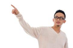 Asiatiskt manfinger som trycker på på den genomskinliga faktiska skärmen Arkivbild