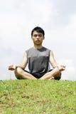 asiatiskt meditera för man royaltyfri fotografi