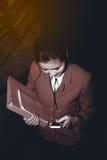 Asiatiskt nätt kvinnainnehavdokument och smart telefon för bruk Arkivbilder