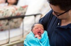 Asiatiskt nyfött behandla som ett barn och pappan Arkivfoton