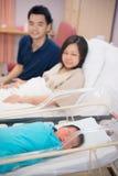 Asiatiskt nyfött och föräldrar arkivbilder