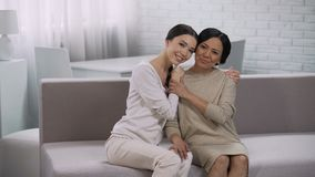 Asiatiskt omfamna för kvinnor, moderskap och tacksam dotter, lyckligt familjmöte stock video