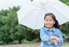 asiatiskt paraply för flickaleende- och innehavvit Fotografering för Bildbyråer