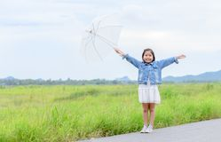 asiatiskt paraply för flickaleende- och innehavvit Arkivfoton