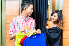 Asiatiskt parshoppingmode i kläderlager royaltyfri bild