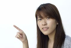 asiatiskt peka för flicka som till vänster är osäkert fotografering för bildbyråer