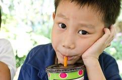 asiatiskt pojkedricksvatten Royaltyfri Foto