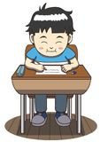 Asiatiskt pojkesammanträde på ett skolaskrivbord Arkivbild