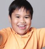 asiatiskt pojkeståendebarn arkivfoto