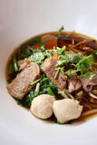 Asiatiskt recept för risnudel i den vita bunken Royaltyfri Fotografi