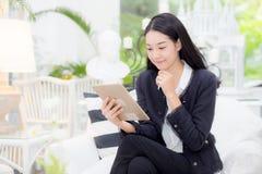 Asiatiskt sammanträde för ung affärskvinna på tabellen som ser minnestavlan Arkivbilder